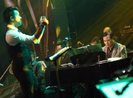 Nhạc trưởng Trần Nhật Minh và nhạc sĩ Việt Anh (piano)
