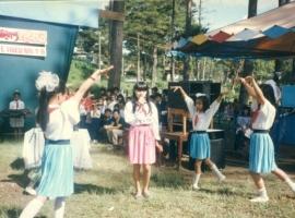Cô bé Nguyên Thảo (váy hồng đứng giữa)